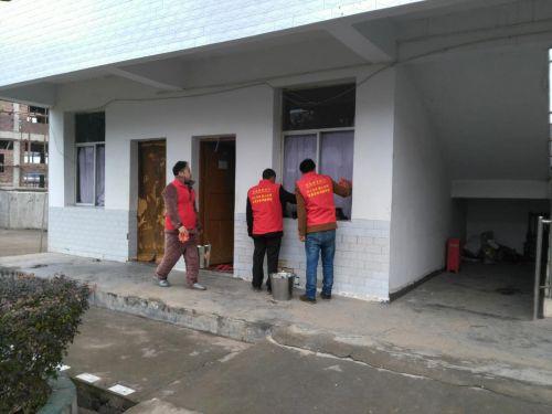 图为志愿者正在清洁敬老院门窗玻璃
