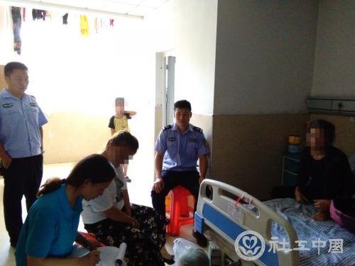 中队干警和湖南德馨社工看望社区服刑人员张某的婆婆