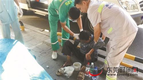 广东:老人路边疑似走失 东莞市民社工热心相助