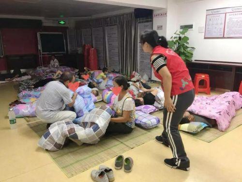 """""""山竹""""强风杀到!广东各地社工介入应急服务"""
