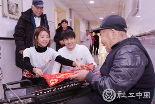 英皇娱乐艺人秦鸣悦(左)、麦亨利(中)慰问老人.png