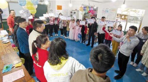 社会实践活动结束后,樊昆昆带着孩子和家长们一起做总结。