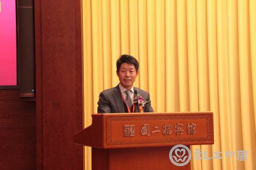 中国社会工作联合会副会长、国际科学与和平周中国组委会常务副主任何建民主持大会