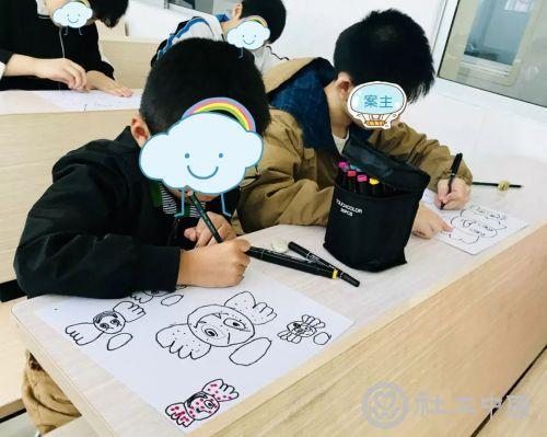 小勇和小伙伴一起画画